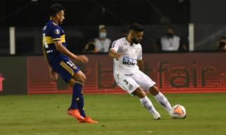 Felipe Jonatan em ação pelo Santos contra o Boca Juniors, na semifinal da Libertadores