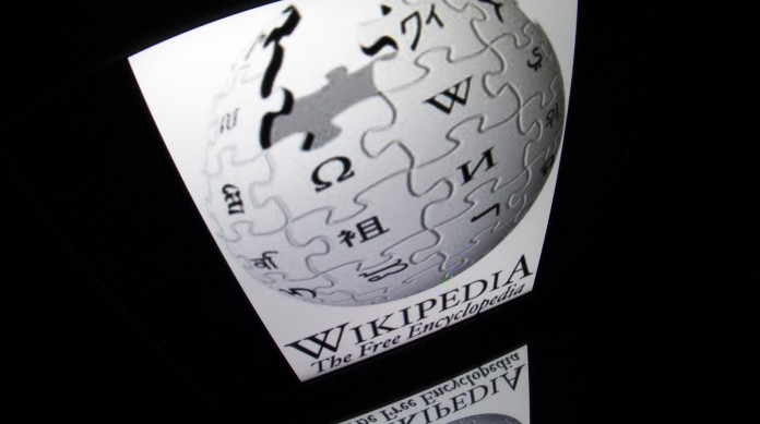 Em vários aspectos, os padrões para publicação de artigo na Wikipédia são semelhantes aos da produção acadêmica