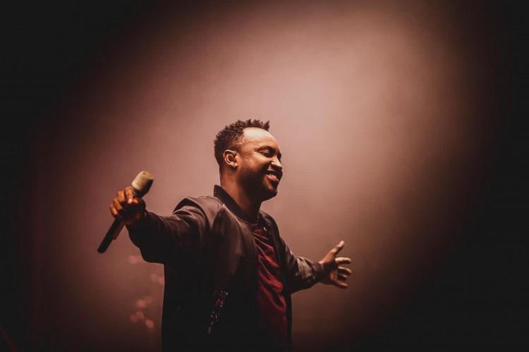 Acompanhe a agenda de transmissões ao vivo online - live - de artistas nacionais e internacionais para hoje, sexta-feira, 15 de janeiro (15/01); cantor Thiaguinho participa de live esta noite (Foto: Reprodução/Instagram)