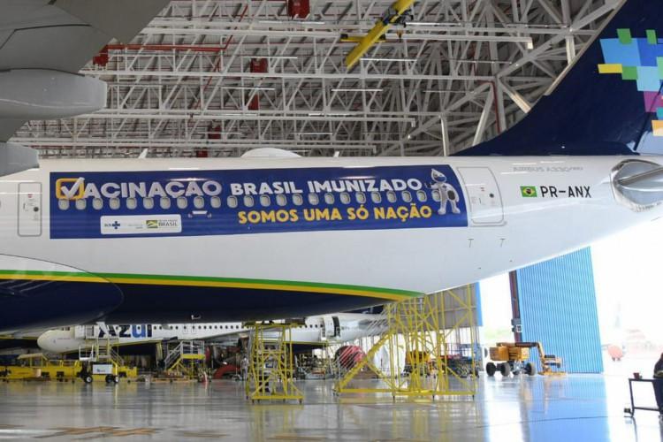 Avião da Azul no hangar aguardando decolagem para buscar vacinas na  (Foto: Divulgação/Ministério da Saúde)