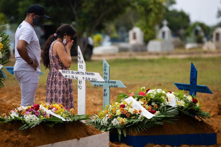 Parentes assistem ao funeral de uma vítima do Covid-19 em Manaus, estado do Amazonas, em 13 de janeiro de 2021 (Foto: MICHAEL DANTAS / AFP)