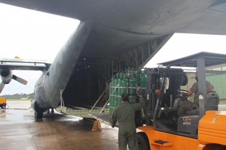 Avião militar C-130, da FAB, com cilindros de oxigênio para tratamento de pacientes de covid-19 em Manaus. (Foto: Divulgação/Centro de Comunicação Social da Aeronáutica)