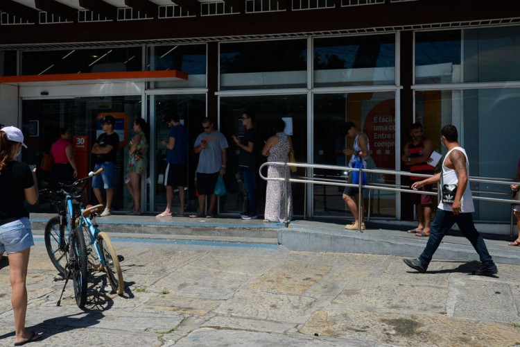 Agência bancária funcionando com fila, durante o período de isolamento social causado pela pandemia do novo coronavírus (covid-19). (Foto: Fernando Frazão/Agência Brasil)