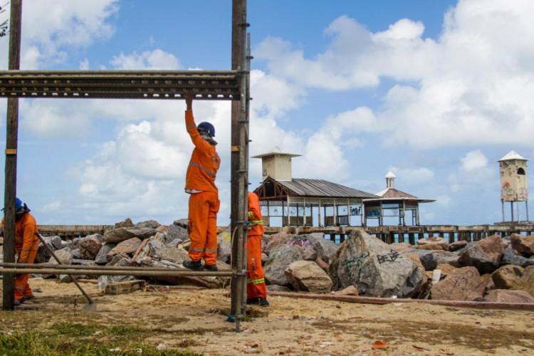 Obras de reparo estrutural da Ponte dos Ingleses, na Praia de Iracema, foram iniciadas nessa quinta-feira, 14.  (Foto: Thaís Mesquita/O POVO)