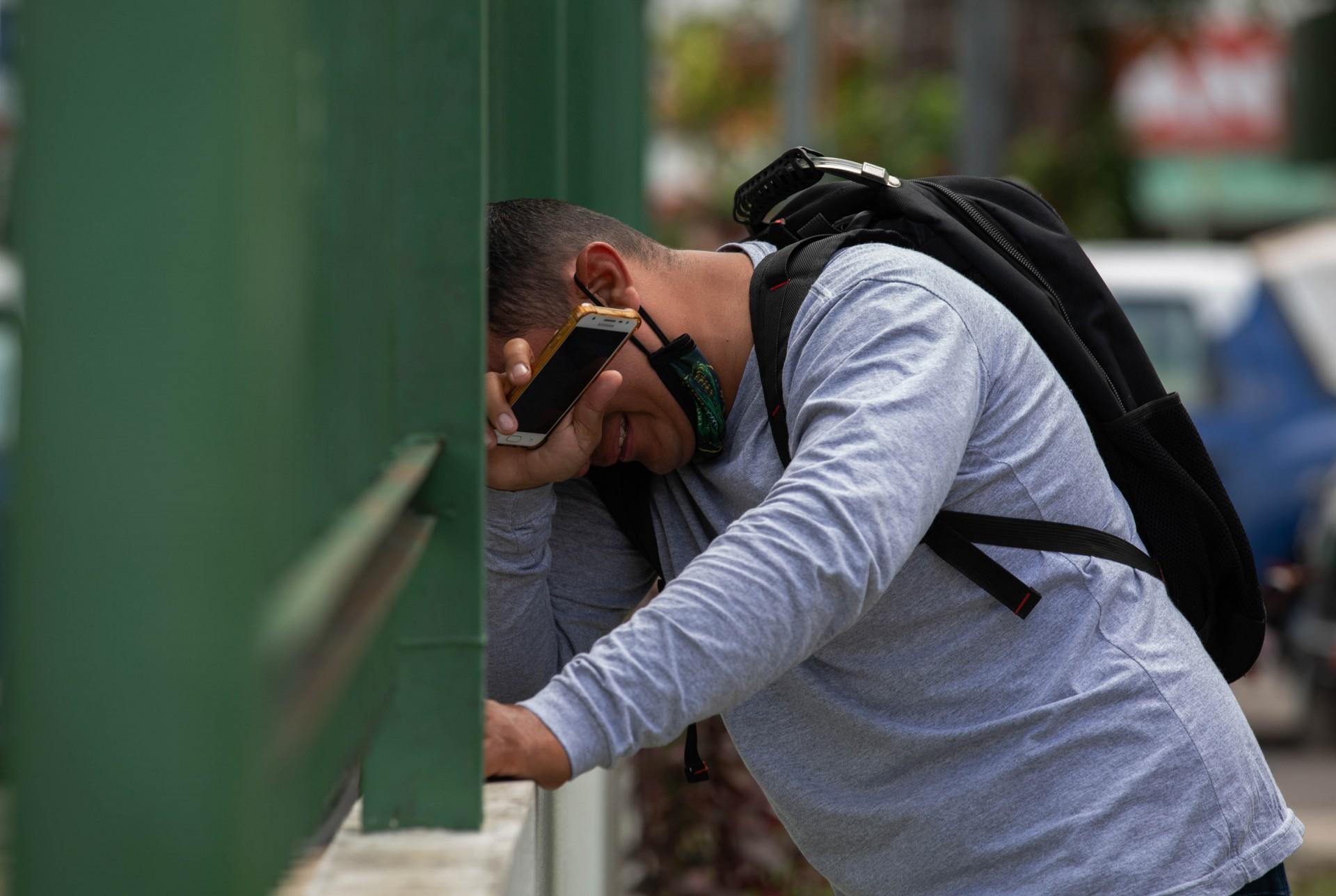 Um homem reage do lado de fora do Hospital 28 de Agosto em Manaus, Estado do Amazonas, Brasil, em 14 de janeiro de 2021, em meio à nova pandemia de coronavírus COVID-19. - Manaus está enfrentando uma escassez de suprimentos de oxigênio e espaço para leitos, pois a cidade foi invadida por um segundo aumento de casos e mortes de COVID-19. (Foto de Michael DANTAS / AFP)