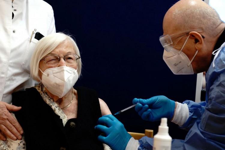 Vacinação de idosos em Berlim, Alemanha (Foto: Reuters/Kay Nietfeld/Direitos Reservados)