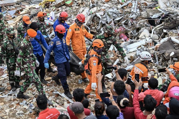 Equipes de resgata fazem buscas entre escombros após terremoto na Indonésia (Foto: Hariandi Hafid / AFP)