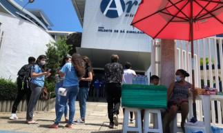 Movimentação no Colégio Ari de Sá Cavalcante, na avenida Washington Soares, em Fortaleza