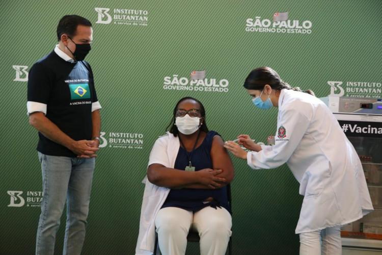 O Governador do Estado de São Paulo João Doria dá início a Vacinação no Estado de São Paulo com a vacina na enfermaria Monica Calazans do Instituto Emílio Ribas (Foto: Govesp/Divulgação)
