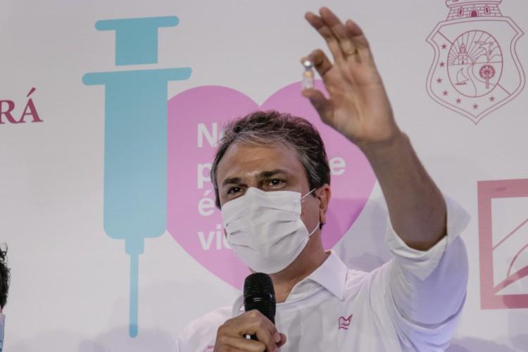 Camilo guardou o frasco da primeira vacina aplicada no Ceará, no dia 18 de janeiro de 2021, na técnica de enfermagem Maria Silvana Souza Reis, 51 anos. Agora será a vez dele (Foto: Aurelio Alves)