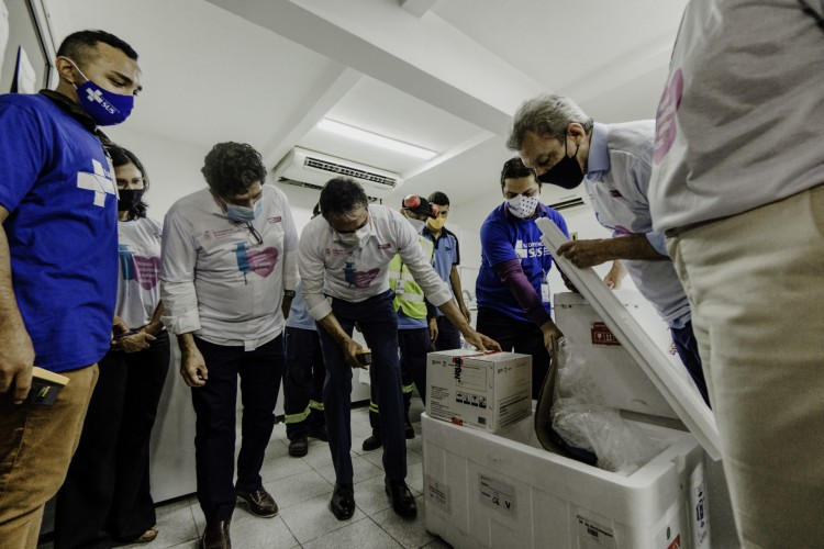 Chegada das primeiras vacinas ao Ceará. Prefeito de Fortaleza, José Sarto (PDT) e governador Camilo Santana (PT) ao lado dos titulares da saúde do município e do estado, Ana Estela Leite e Dr. Cabeto, respectivamente.  (Foto: JULIO CAESAR)