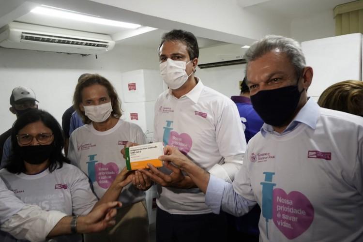 Entrega do lote da CoronaVac, vacina contra Covid-19 no Ceará, nesta segunda-feira, 18 (Foto: Júlio Caesar)