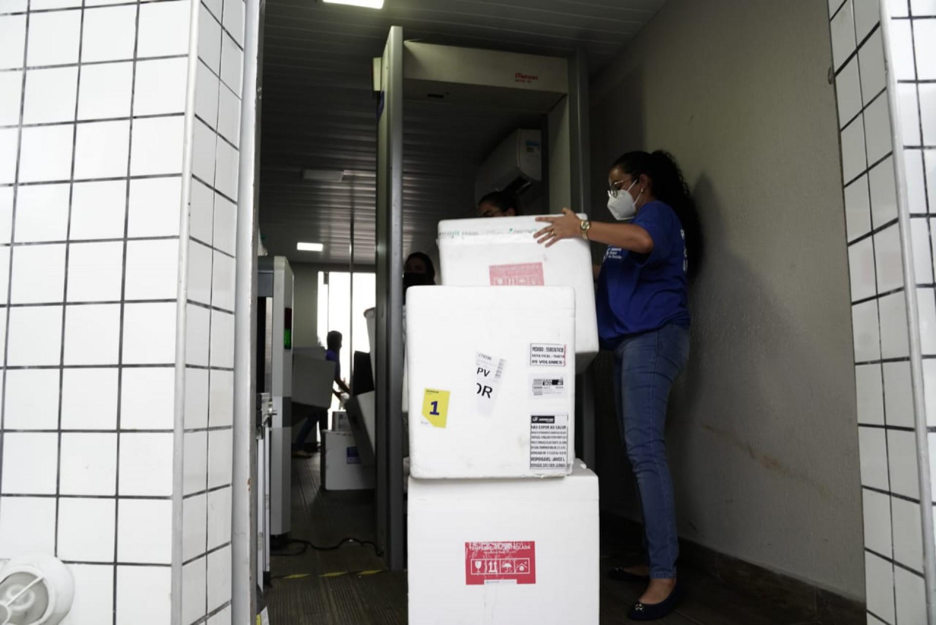 Isopores térmicos foram utilizados para distribuição das unidades da vacina contra Covid-19 no Ceará (Foto: Júlio Caesar)