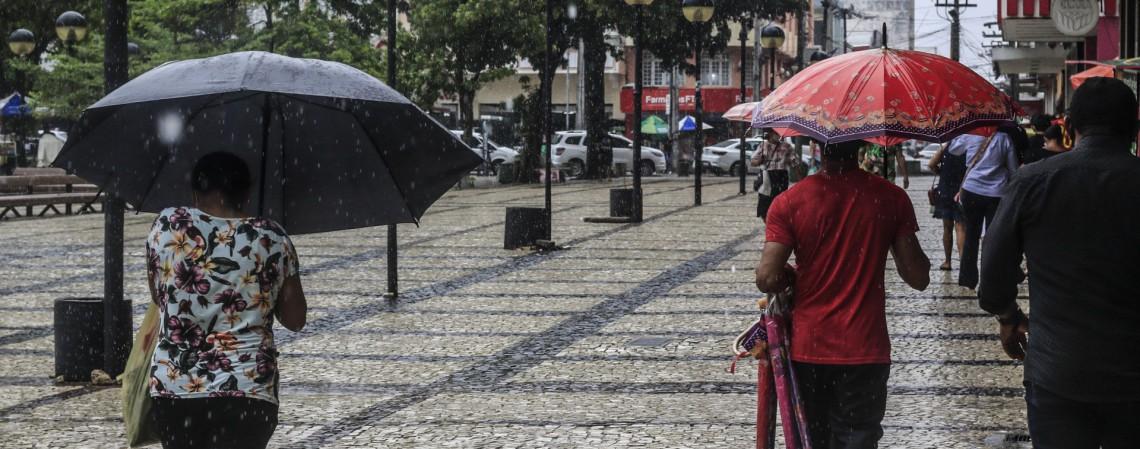 Movimentação no Centro da Fortaleza em manhã de chuva intensa, em 19 de janeiro de 2021 (Foto: Barbara Moira)