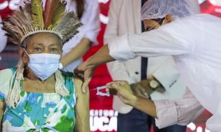 CAUCAIA, CE, BRASIL, 19-01-2021: Secretaria de Saúde de Cacauia realiza as primeiras vacinas contra a covid19 em pessoas do grupo prioritário.  Na foto: sendo vacinada, Raimunda Tapeba de 76 anos (Foto: Fco Fontenele/O POVO)