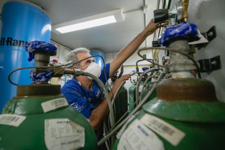 Cilindros de oxigênio da UPA do Edson Queiroz, em Fortaleza, no Ceará (Foto: Aurelio Alves)
