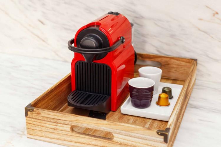 Máquinas de café expresso caseiras são uma boa opção para quem quer uma alternativa prática e rápida. Para a experiência, é necessário adquirir as capsulas de café próprias para a máquina. As da Nespresso são 100% recicláveis (Foto: Divulgação/Nespresso)