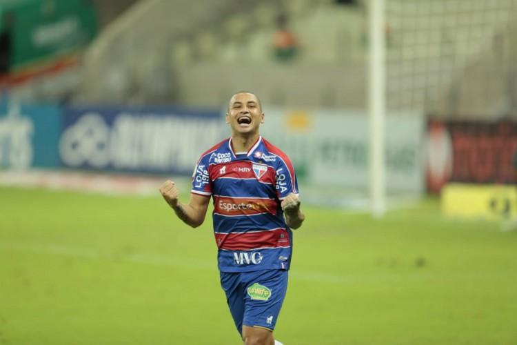 Wellington Paulista comemora segundo gol do Fortaleza diante do Santos, na Arena Castelão (Foto: Júlio Caesar)