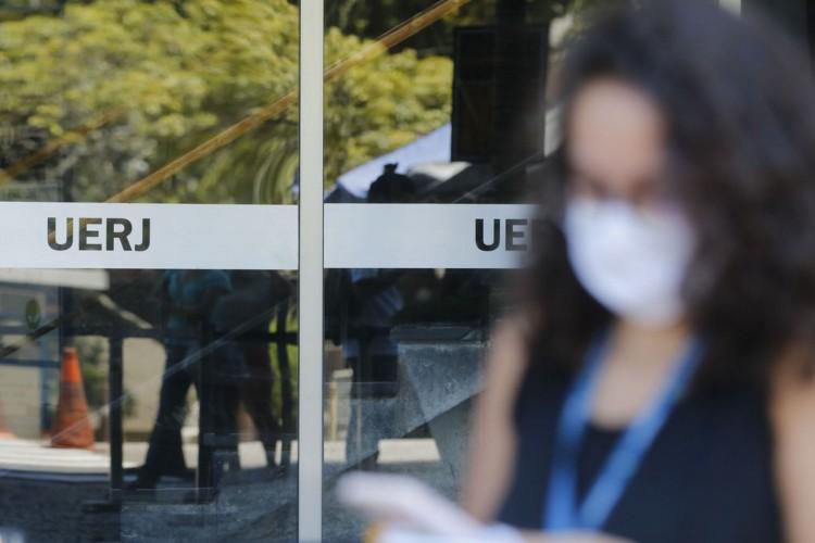 Entrada dos candidatos para o primeiro dia de provas do Exame Nacional do Ensino Médio (Enem) 2020, na Universidade Estadual do Rio de Janeiro(UERJ), na zona norte do Rio. (Foto: Tânia Rêgo/Agência Brasil)