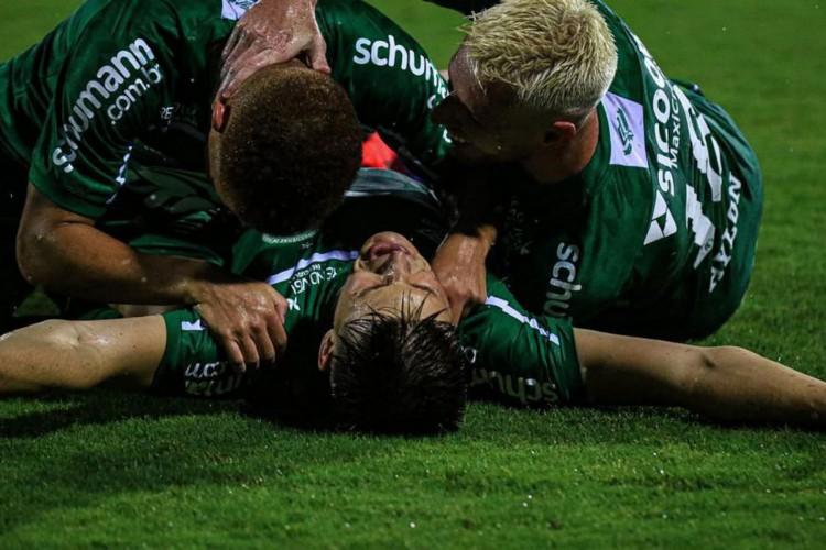 Chapecoense vence Ponte Preta e assume liderança da Série B (Foto: )