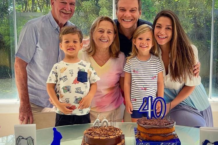 MIchel Teló agradece a Deus pelo amor que recebe da esposa, Thaís Fersoza, da família e dos amigos e fãs durante sua festa de aniversário surpresa   (Foto: Reprodução Instagram)