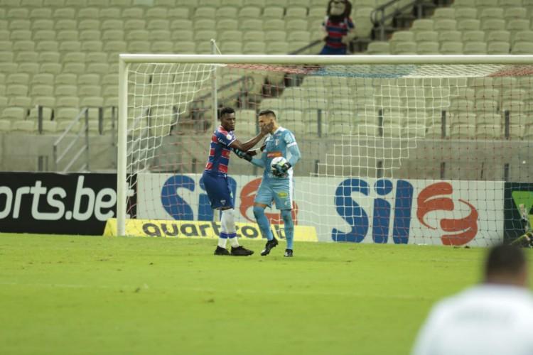 Zagueiro Paulão e goleiro Felipe Alves são os líderes do sistema defensivo do Fortaleza (Foto: Júlio Caesar/O POVO)