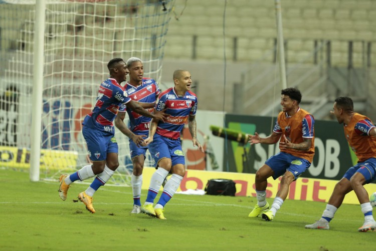 Wellington Paulista comemora gol no jogo Fortaleza x Santos, na Arena Castelão, pelo Campeonato Brasileiro Série A (Foto: Júlio Caesar/O POVO)