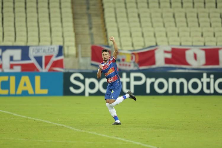Em cobrança de pênalti, Juninho abriu o placar marcou na vitória do Fortaleza por 2 a 0 diante do Santos (Foto: Júlio Caesar)
