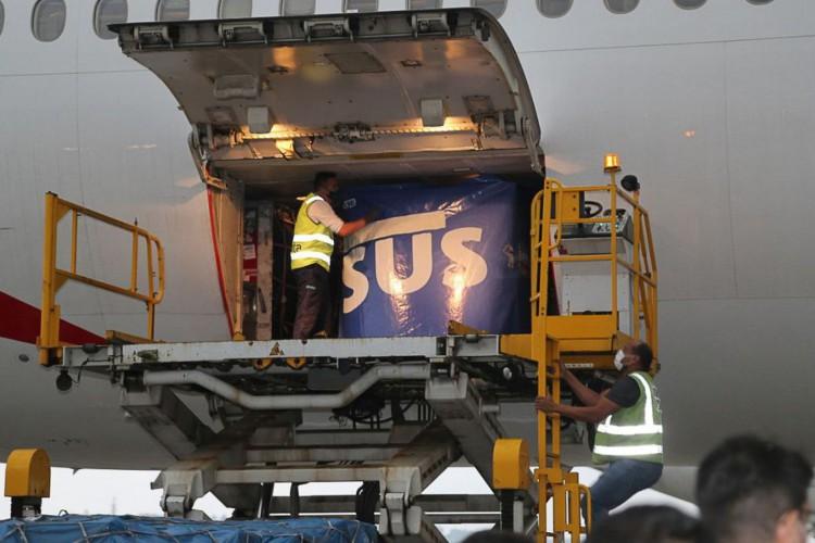 Chegada ao Brasil de voo da Emirates com 2 milhões de doses da vacina (Foto: Aurélio Pereira/MS)