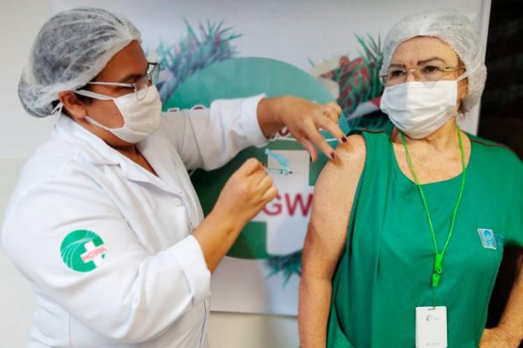 No caso dos profissionais de saúde da linha de frente de combate à doença, a vacinação foi iniciada na segunda-feira, 18 (Foto: Secretaria Estadual de Saúde)