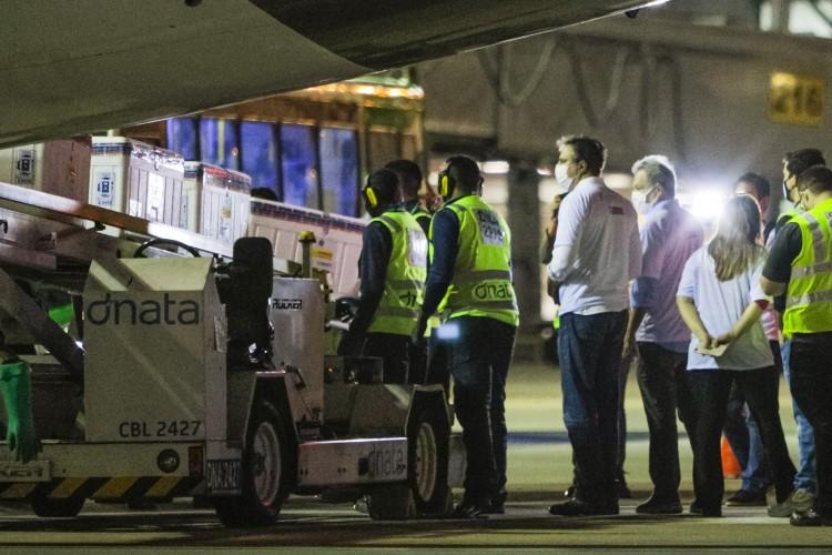 FORTALEZA, CE, BRASIL, 23-01-2021:  Chegada do primeiro lote da vacina Astrazenica contra covid-19 procedente da India no aeroporto Pinto Martins (Foto: Fco Fontenele/O POVO) (Foto: FCO FONTENELE)