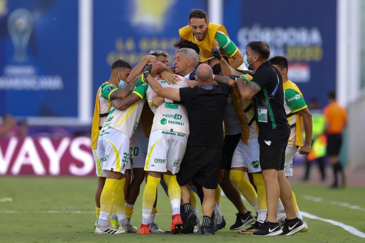 Jogadores e técnico Hernan Crespo comemoram gol no jogo Defensa y Justicia x Lanús, pela final da Copa Sul-Americana (Foto: Divulgação/Conmebol)