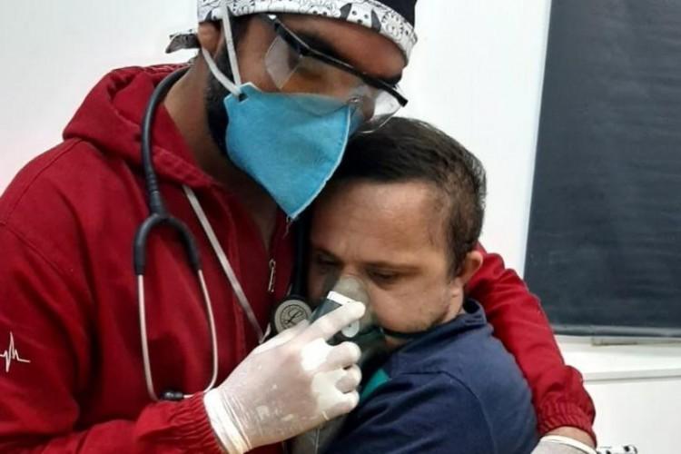 O ato foi realizado como forma de acalmar o paciente Émerson Júnior, de 30 anos, que temia o uso da máscara com oxigênio (Foto: Mirene Borges Da Silva)