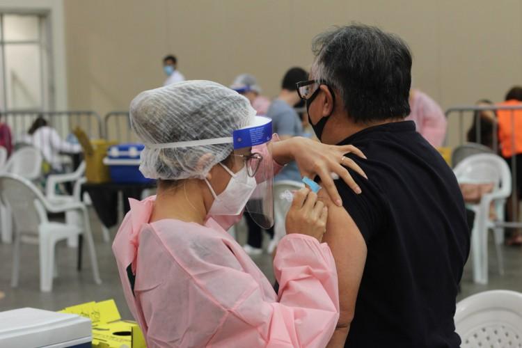 Centro de Eventos do Ceará recebeu profissionais da saúde para vacinação nesta segunda-feira, 25. (Foto: Deisa Garcêz/Especial para O Povo)