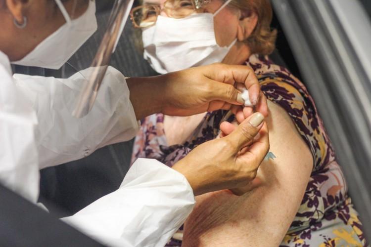 Vacinação em idosos com mais de 75 anos também será realizada na modalidade drive thru. (Foto: Deisa Garcêz/Especial para O Povo)