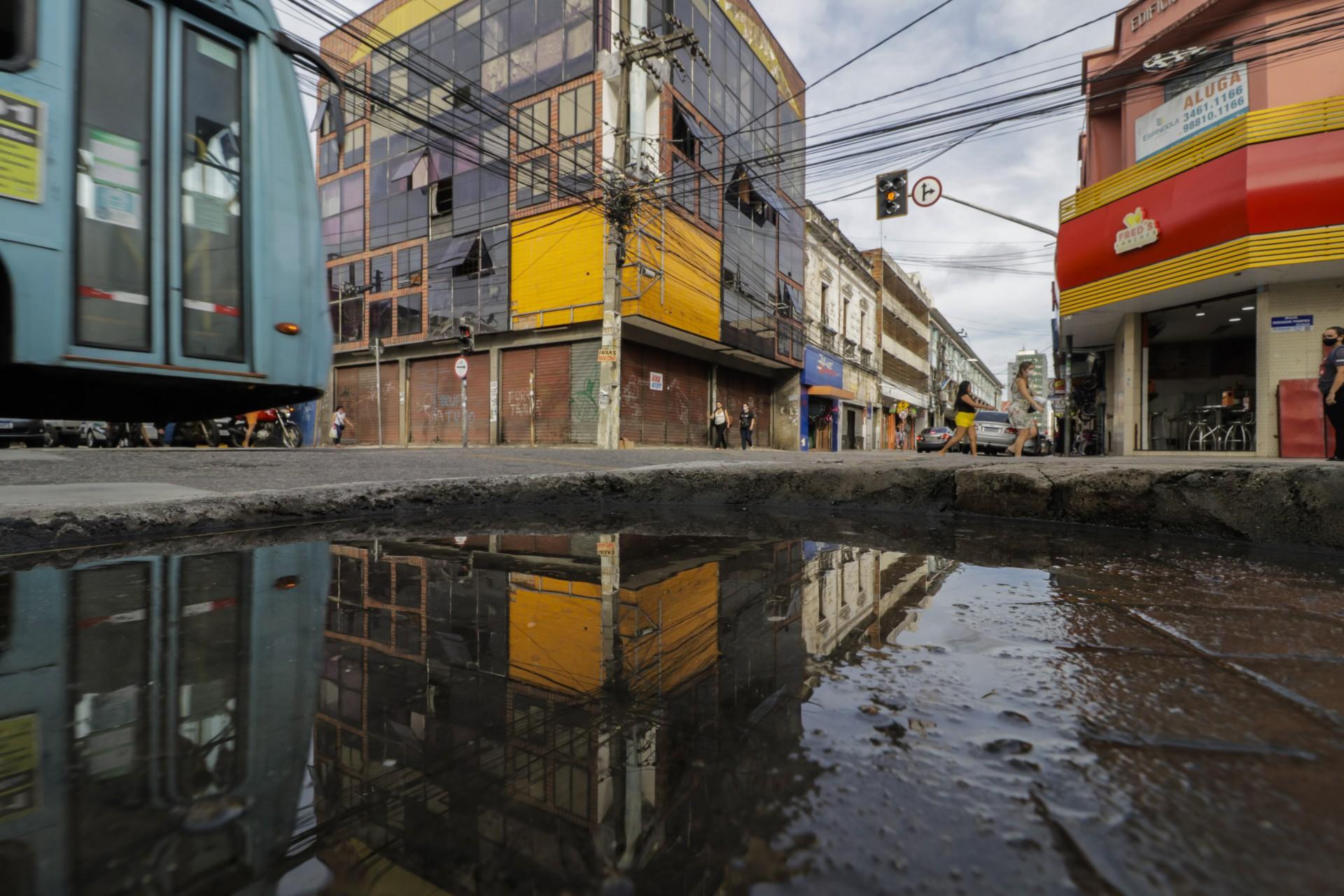 Estabelecimentos comerciais fechados na rua São Paulo, no Centro de Fortaleza
