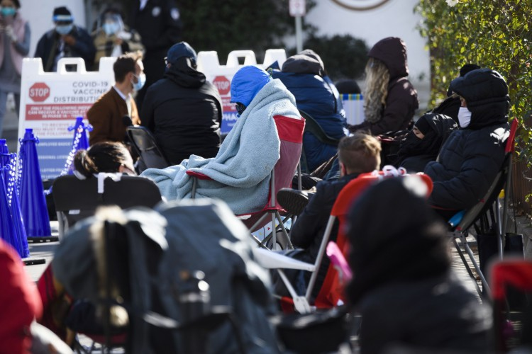 Pessoas sem hora marcada esperam na fila pela chance potencial de receber uma vacina contra Covid-19 em 25 de janeiro de 2021 em Los Angeles, Califórnia (Foto: AFP)