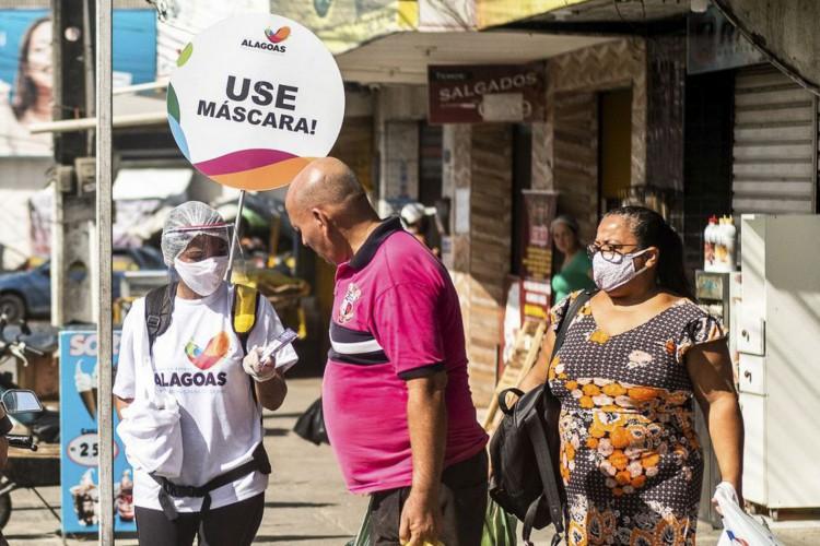 Moradores de Maceió são orientados sobre o uso de máscaras durante a pandemia do novo coronavírus. (Foto: Jonathan Lins/Agência Alagoas)