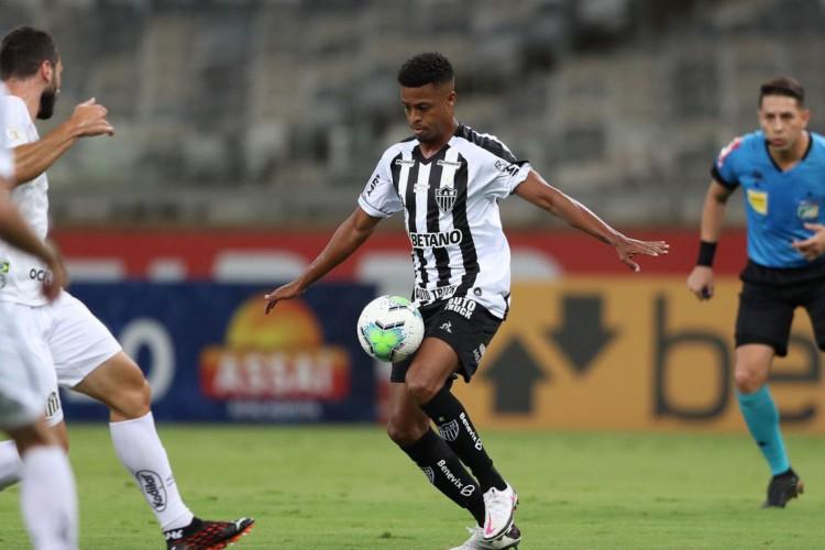 Atlético Mineiro vence Santos e sobe na tabela do Brasileiro (Foto: )