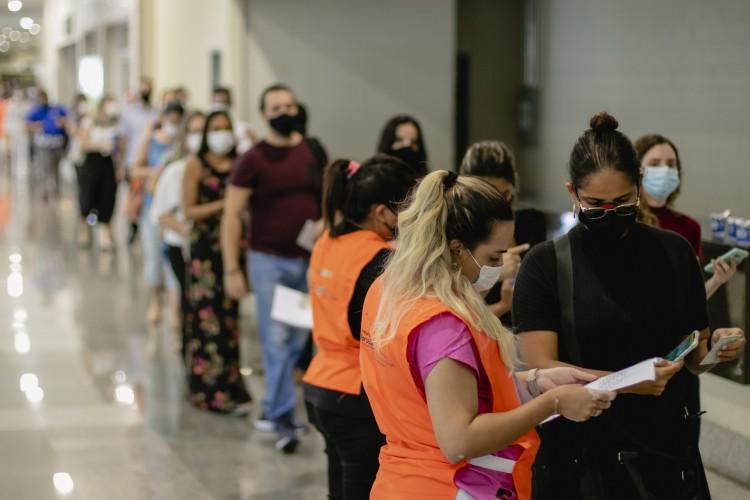 Público geral, de 18 a 59 anos, e demais grupos prioritários no Estado seguem sendo vacinados. Na foto, vacinação ocorre no Centro de Eventos, um dos pontos de aplicação da vacina em Fortaleza  (Foto: Aurelio Alves)