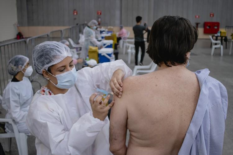 imunização contra COVID-19 no Centro de Eventos do Ceará. (Foto: Aurelio Alves/O POVO). (Foto: Aurelio Alves)