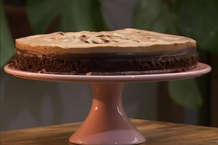 A receita de bolo cutucado de chocolate com caramelo foi apresentada no programa Mais Você, no dia 26/01 (Foto: Reprodução TV Globo)