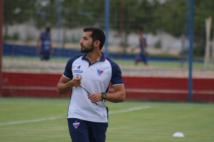 Auxiliar técnico Leonardo Porto em treino do Fortaleza no CT Ribamar Bezerra (Foto: Bruno Oliveira/Fortaleza EC)