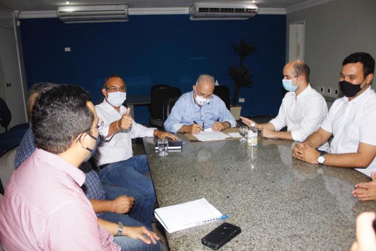 Prefeito de Maracanaú, Roberto Pessoa (PSDB), assina adesão ao Programa Nacional das Escolas Cívico-Militares do Ministério da Educação  (Foto: Reprodução/Prefeitura de Maracanaú)