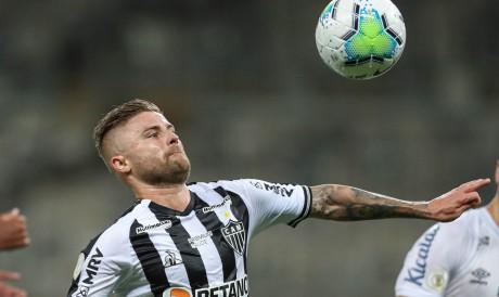 Atacante Eduardo Sasha com a bola no jogo Atlético-MG x Santos, no Mineirão, pelo Campeonato Brasileiro Série A