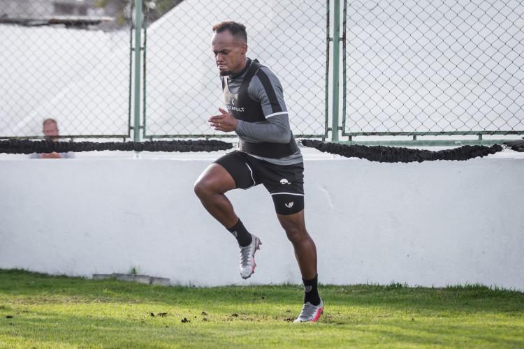 Lateral-esquerdo Bruno Pacheco faz trabalho físico em treino do Ceará no estádio Carlos de Alencar Pinto, em Porangabuçu (Foto: Felipe Santos/Ceará SC)