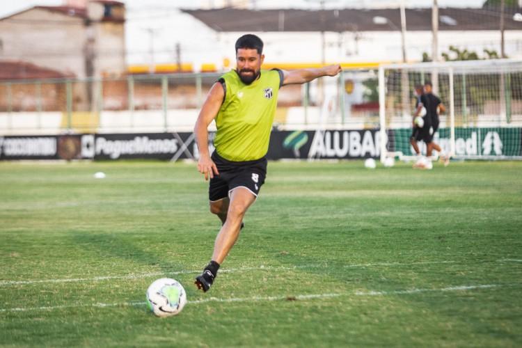 Volante Ricardinho chuta a bola em treino do Ceará no estádio Carlos de Alencar Pinto, em Porangabuçu (Foto: Felipe Santos/Ceará SC)