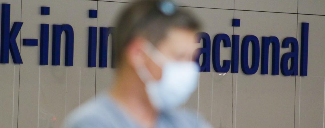 Movimentação no aeroporto de Fortaleza: uso obrigatório de máscara (Foto: Thais Mesquita)