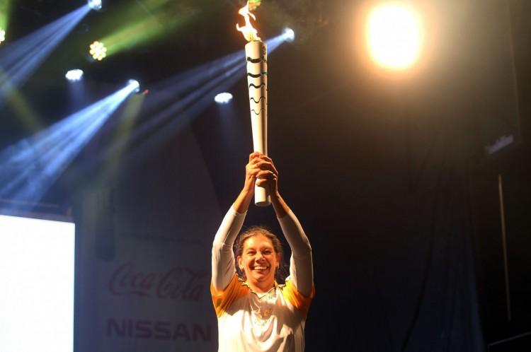 Revezamento da Tocha Olímpica - Blumenau SC. Ana Moser levanta a tocha