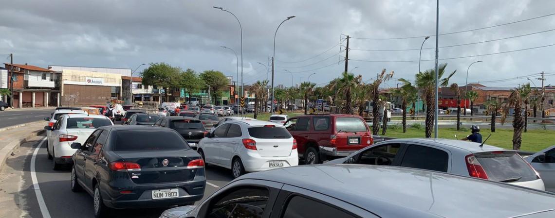 Fila de carros é formada na descida do novo viaduto da Av. Raul Barbosa, no sentido Aldeota (Foto: (FOTO: Gabriel Borges))